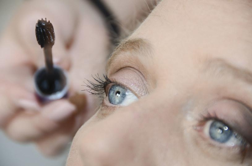 Po umalowaniu oczu, użyj szpilki, by rozdzielić rzęsy /123RF/PICSEL