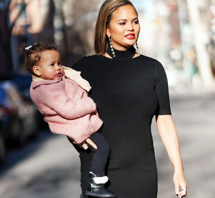 Po urodzeniu drugiego dziecka Teigen z jeszcze większą szczerością i otwartością pokazała jak wygląda ciało po ciąży /East News
