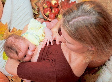 Po urodzeniu dziecka, organizm kobiety produkuje więcej prolaktyny /INTERIA.PL
