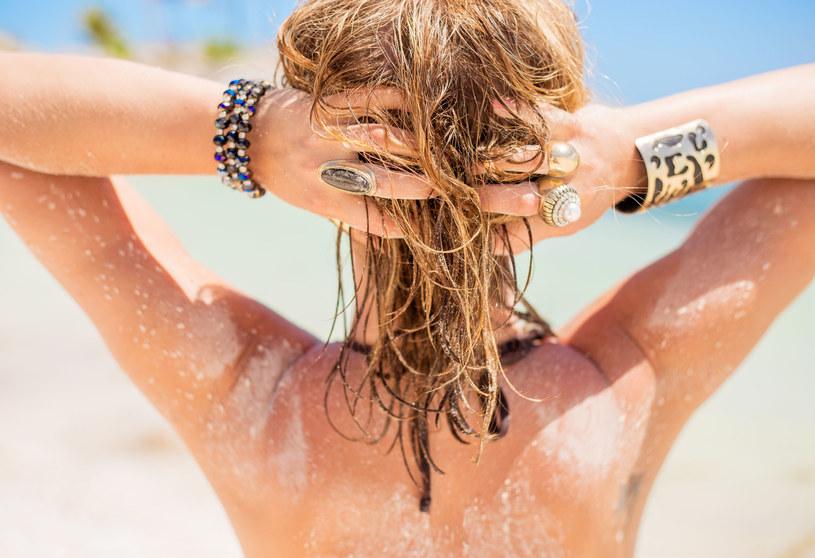 Po wakacjach włosy mogą być słabe i przesuszone. Warto zadbać o ich regenerację /123RF/PICSEL