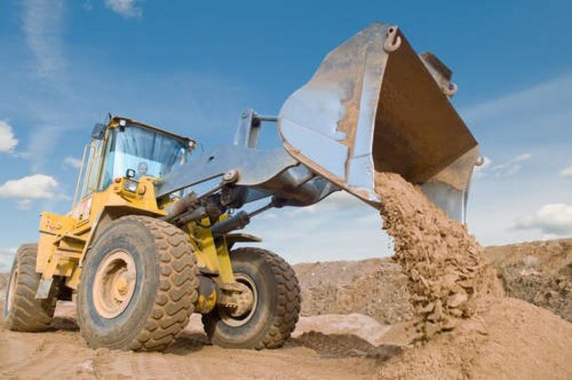 Po wodzie, piasek jest najbardziej potrzebnym surowcem /East News