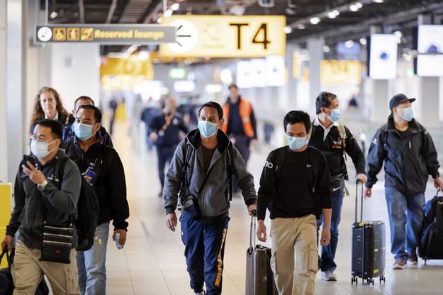 Po wprowadzeniu ogólnokrajowej kwarantanny wielu imigrantów opuściło Holandię /ROBIN VAN LONKHUIJSEN /PAP/EPA
