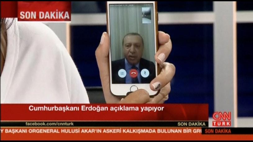 Po wybuchu puczu Erdogan wygłosił apel do narodu za pośrednictwem telefonu /CNN TURK /Agencja FORUM
