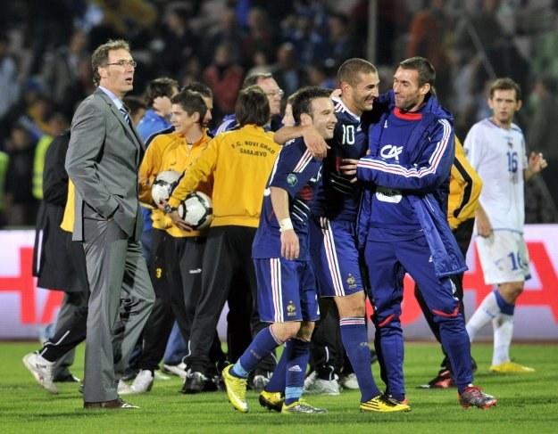 Po wygranej z Bośnią trener Francji Laurent Blanc (z lewej) odetchnął z ulgą. /INTERIA.PL/PAP