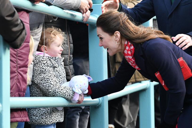 Po wyjeździe księżnej Meghan brytyjskie media znów wzięły na celownik księżną Kate i śledzą każdy jej krok /Ben Birchall/Press Association /East News
