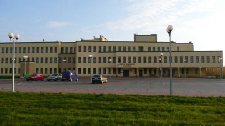 Po wyjściu z budynku młoda kobieta zasłabła na przyszpitalnym parkingu /powiatleczynski.pl /