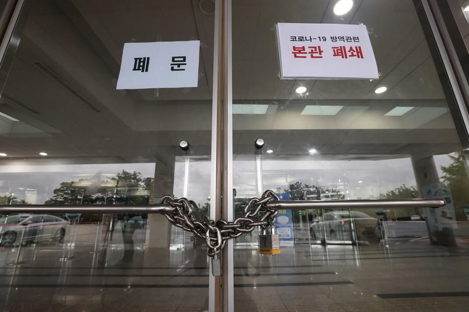 Po wykryciu infekcji u jednego z fotoreporterów zamknięto parlament, a grupa posłów przechodzi kwarantannę /YONHAP   /PAP/EPA