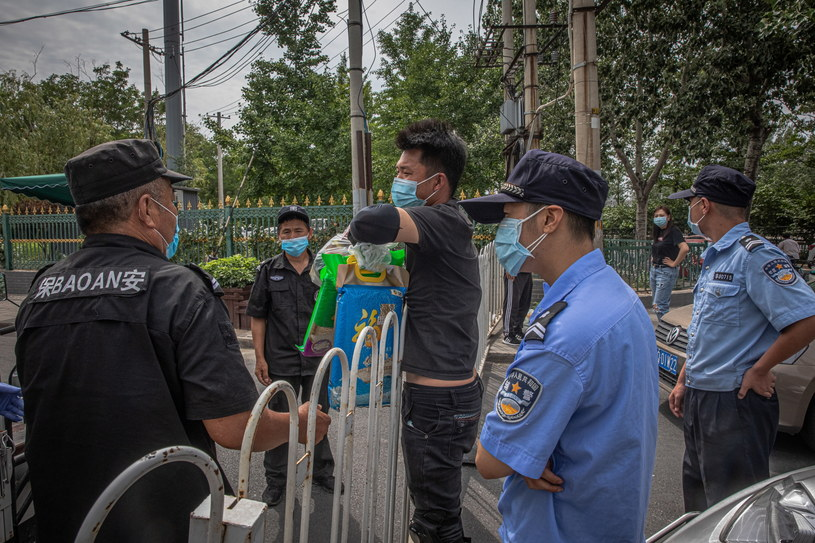 Po wykryciu w Pekinie nowego ogniska zakażeń koronawirusem władze zaostrzyły restrykcje przemieszczania się /ROMAN PILIPEY /PAP/EPA