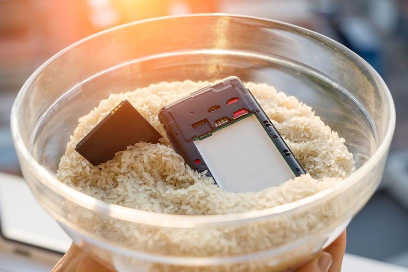 Po wylądowaniu telefonu w wodzie, ryż raczej nie pomoże, ale gwarancja - nawet w przypadku wodoszczelnych smartfonów - również nie /123RF/PICSEL