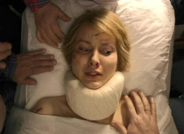 Po wypadku Anna German (w serialu gra ją Joanna Moro) przez długi czas była w śpiączce /TVP1
