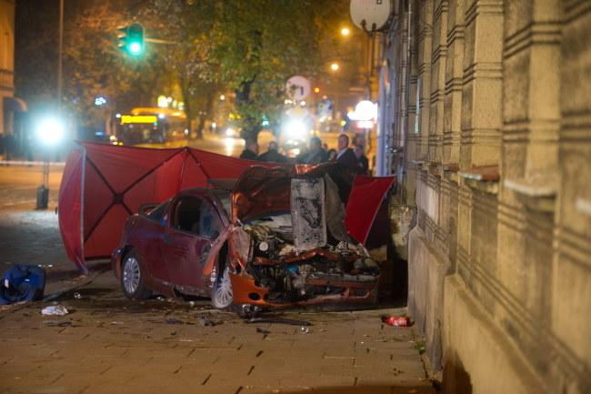 Po wypadku samochód wjechał na chodnik. /Grzegorz Michałowski /PAP