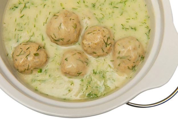 Po wyrobieniu masy z mięsa formuje się kulki, obtacza w mące i gotuje w wywarze z jarzyn, wodzie lub zupie. /123RF/PICSEL