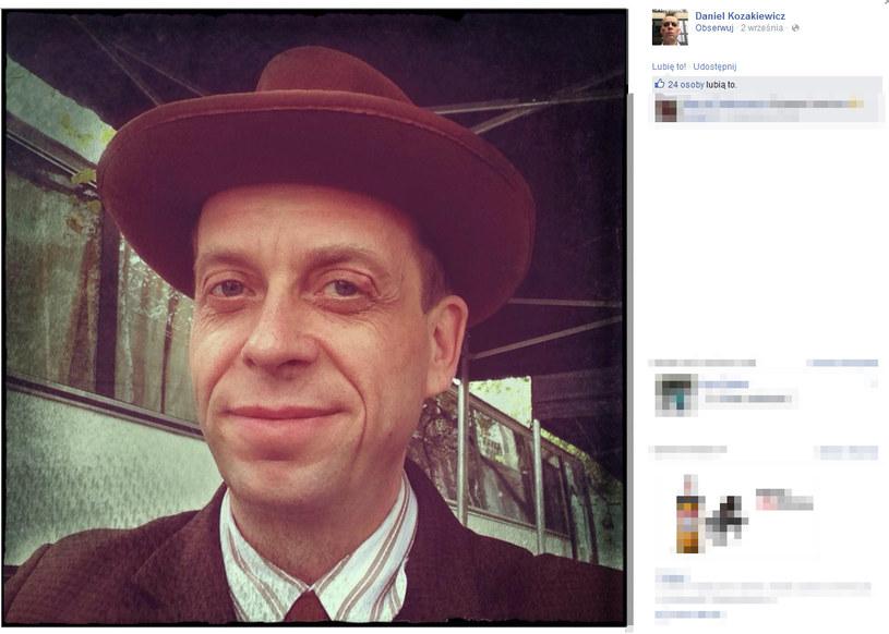 """Po zakończeniu przygody z serialem Daniel Kozakiewicz przez kilka lat grywał nieduże role w serialach i filmach. Potem zerwał z aktorstwem. Pracował jako dziennikarz i fotograf, dzięki czemu wyjechał do Peru. Egzotyczny kraj tak bardzo urzekł artystę, że spędził tam aż jedenaście lat. Obecnie 45-letni Daniel mieszka w Warszawie i współtworzy projekt muzyczny """"Ulica Piękna"""". Tak jak serialowy Darek, jest właścicielem czarnego kota. /Facebook /internet"""