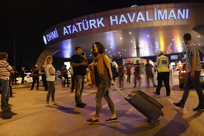 Po zamachu w Stambule więcej policji na nowojorskich lotniskach /PAP/EPA