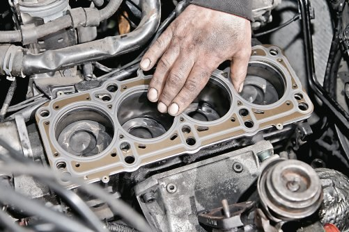 Po zamontowaniu nowej uszczelki uzbrojona głowica przykręcana jest do silnika za pomocą nowych śrub. /Motor