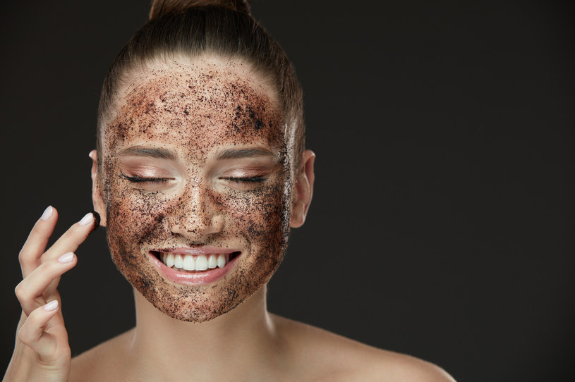 Po zastosowaniu peelingu można zauważyć, że skóra staje się gładka i promienna /123RF/PICSEL