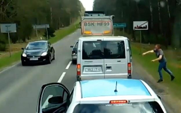 Po zdecydowanej akcji kierowcy obcokrajowcy pozbierali śmieci /