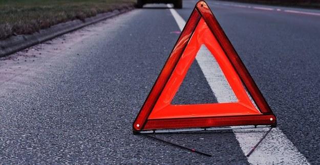 Po zderzeniu ciężarówki i samochodu osobowego zablokowana jest droga krajowa nr 1 w Szczepocicach Rządowych. /123RF/PICSEL