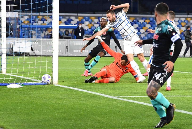 Po zderzeniu Samira Handanovicia i Stefana de Vrija padł gol dla Napoli /PAP/EPA/CIRO FUSCO /PAP/EPA