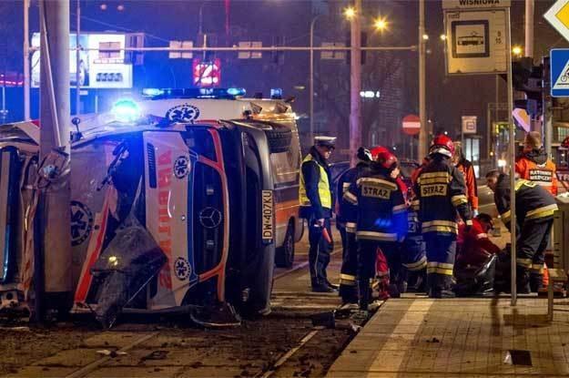 Po zderzeniu z audi karetka dachowała i uderzyła w słup. Fot . Maciej  Kulczyński /PAP