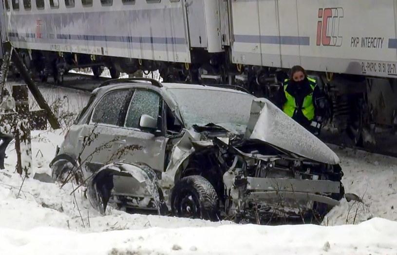 Po zderzeniu z pociągiem samochód zatrzymał się w rowie / Fot: Tygodnik Podhalański /