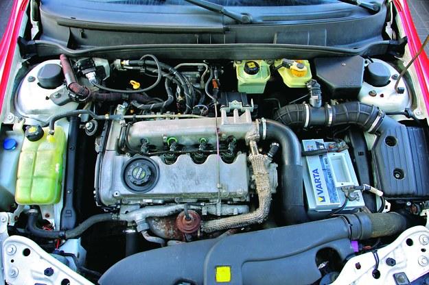 Po zdjęciu osłony górnej silnika... /Motor