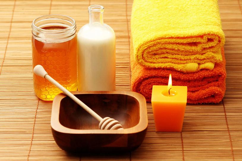 Po zimie nasza skóra i włosy szczególnie docenią cudowną moc miodu i mleka /123RF/PICSEL