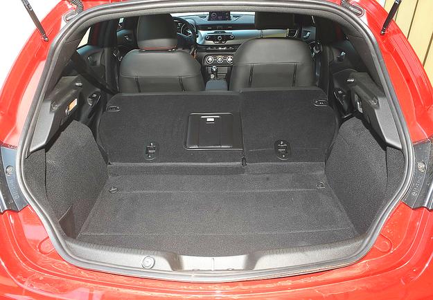 Po złożeniu kanapy bagażnik powiększa się z 350 do 1045 litrów. /Motor
