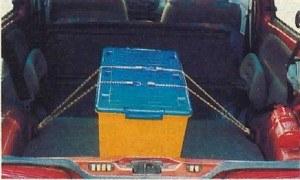 Po złożeniu tylnego siedzenia podłoga przestrzeni bagażowej jest równa. Pożyteczne są uchwyty, do których można umocować ładunek. /Motor