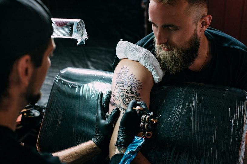Po zrobieniu tatuażu warto sprawdzić, czy nie ma lokalnego stanu zapalnego /123RF/PICSEL
