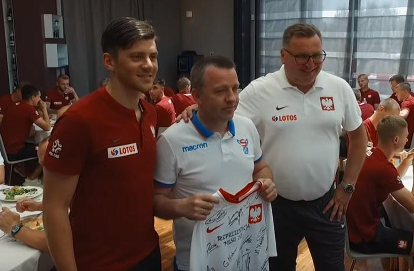 Po zwycięstwie nad Włochami młodych Orłów odwiedził trener Wysp Owczych Eli Hentze (2L). Dawid Kownacki (z lewej) wręczył mu koszulką, z prawej Czesław Michniewicz /INTERIA.PL