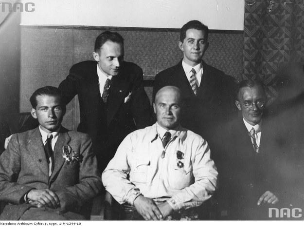 Po zwycięstwie w zawodach Challenge 1932. Stoją od lewej:  Stanisław Rogalski i Jerzy Wędrychowski. Siedzą od lewej: Stanisław Wigura, Franciszek Żwirko i Jerzy Drzewiecki /Z archiwum Narodowego Archiwum Cyfrowego