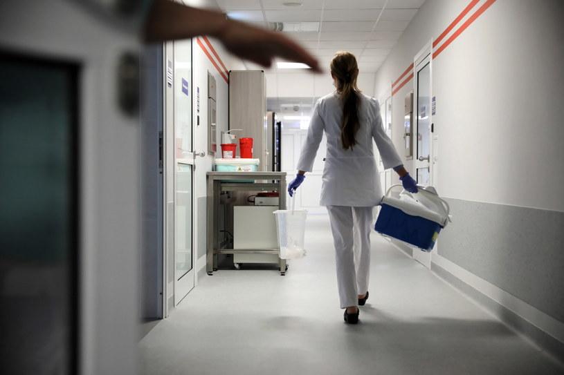 Pobieranie od pacjentów wymazów do badania pod kątem możliwego zakażenia koronawirusem, zdjęcie ilustracyjne /Leszek Szymański /PAP