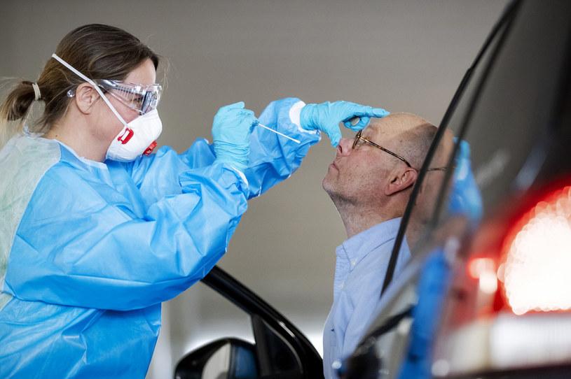 Pobieranie próbki do testu na obecność SARS-CoV-2 /ROBIN VAN LONKHUIJSEN / ANP / AFP  /AFP