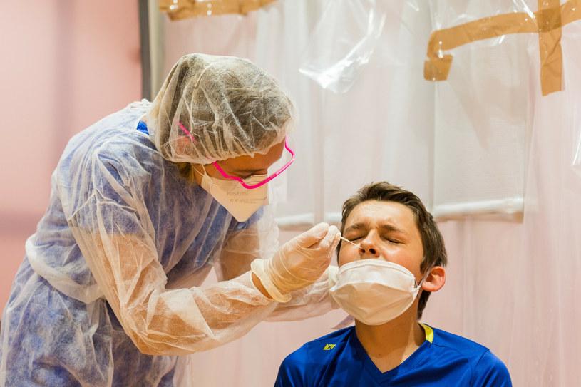 Pobieranie u dziecka wymazu do testu na obecność SARS-CoV-2, zdjęcie ilustracyjne /BURGER/PHANIE  /East News