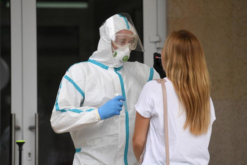 Pobieranie wymazów do badań na obecność koronawirusa. /Piotr Nowak /PAP