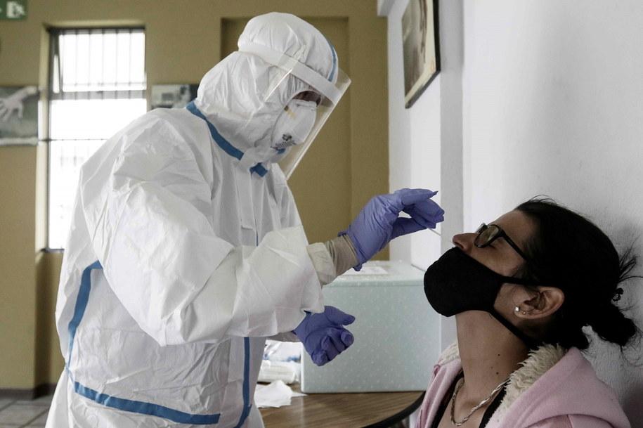 Pobieranie wymazu do testów na koronawirusa /JEFFREY ARGUEDAS /PAP/EPA