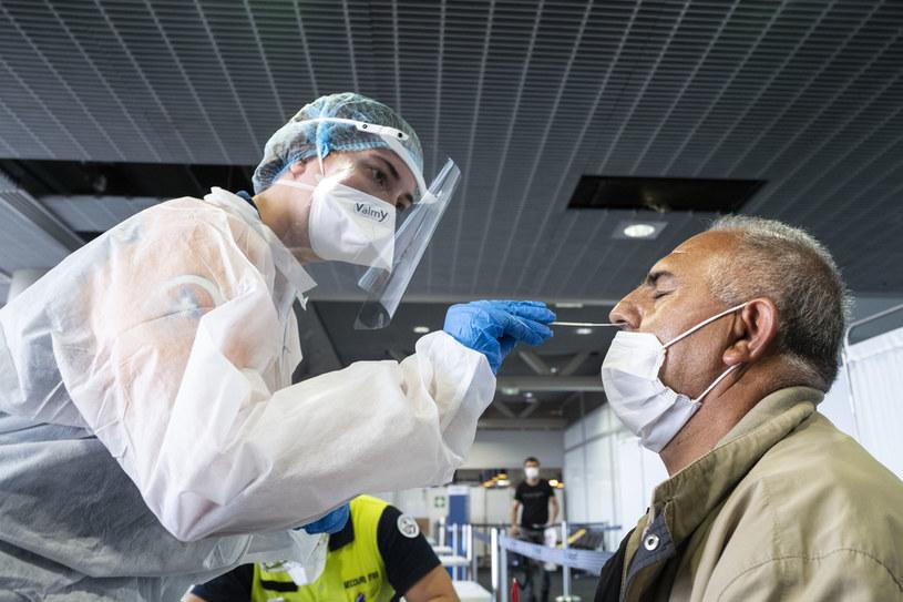 Pobieranie wymazu do testu na obecność koronawirusa /Sebastien Bozon / AFP /AFP