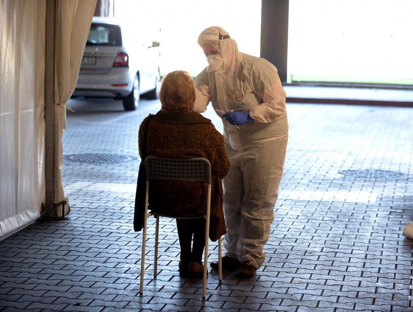 Pobieranie wymazu do testu na obecność SARS-CoV-2, zdjęcie ilustracyjne /Jan Bielecki /East News