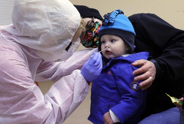 Pobieranie wymazu od dziecka w  Hildburghausen w Niemczech /RONALD WITTEK /PAP/EPA