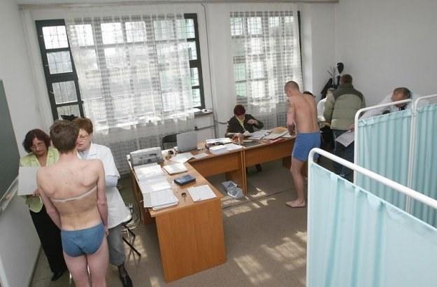 golishom-na-voennoy-medkomissii-porno-foto-zhenshin-vozraste-sinyakami
