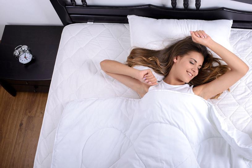 Pobudka wcześnie rano wcale nie musi być straszna! By dobrze się wysypiać, wystarczy odrobinę zmodyfikować niektóre nawyki /123RF/PICSEL