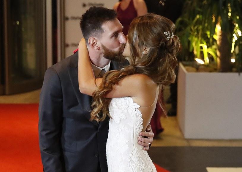 Pocałunek nowożeńców na czerwonym dywanie /PAP/EPA