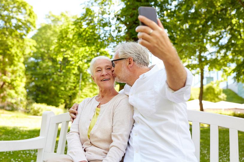 Pocałunki mogą wydłużyć nasze życie nawet o 10 lat /123RF/PICSEL
