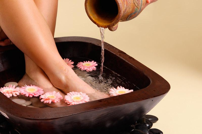 Poceniu się stóp pomoże zapobiec kąpiel w wywarze z szałwii  /© Panthermedia