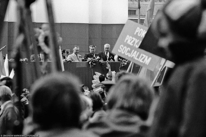 Pochód pierwszomajowy w 1980 roku: Na trybunie honorowej Stanisław Kania i Edward Gierek fot. Mark Carrot/FOTONOVA /East News
