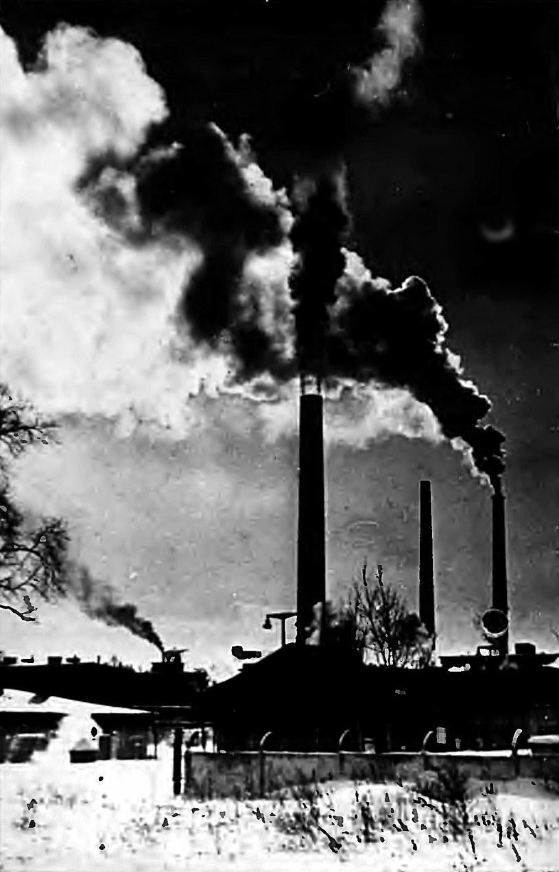 """Pochodzące z lat 60. zdjęcie symbolicznie oddające """"trucicielski"""" charakter jeleniogórskiej Celwiskozy. /Odkrywca"""