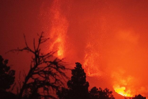 """""""Pochodzący z aktywnego na La Palmie wulkanu materiał może skazić powietrze, wodę oraz żywność"""" - przestrzegają media /CARLOS DE SAA /PAP/EPA"""