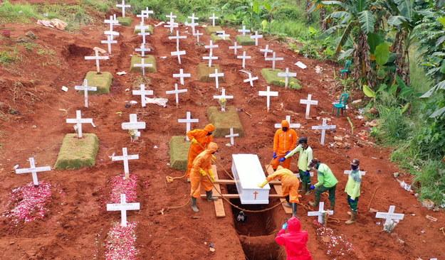 Pochówek ofiary Covid-19 w Indonezji /ADI WEDA /PAP/EPA
