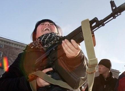 Pociąg do broni też raczej nie pasuje do stereotypu kobiety-anioła /AFP